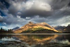 Reflexões do Pap da montanha de Glencoe em montanhas escocesas foto de stock royalty free