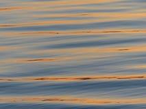 Reflexões do por do sol na água Imagens de Stock