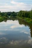 Reflexões do rio na luz da noite Foto de Stock