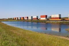 Reflexões do trem do recipiente na lagoa Imagens de Stock