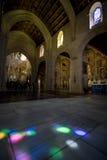 Reflexões do vitral no assoalho da mesquita-catedral de Córdova foto de stock royalty free