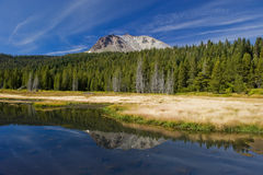 Reflexões do vulcão de Lassen no vulcão de Lassen Fotos de Stock