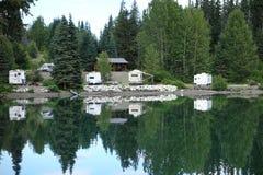 Reflexões em um lago imóvel Fotos de Stock Royalty Free