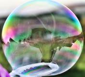 Reflexões em uma bolha ensaboada fotografia de stock royalty free