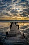 Reflexões insanas da nuvem no fiorde de Vejle Foto de Stock