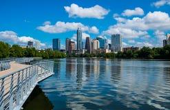 Reflexões mais próximas do lago austin Texas Riverside Pedestrian Bridge Town da vista na água fotografia de stock