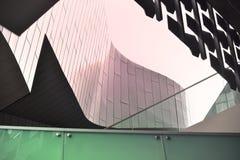 Reflexões modernas abstratas da arquitetura no vidro e na pedra imagem de stock