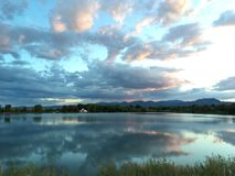 Reflexões na água foto de stock