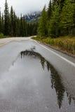 Reflexões na estrada do lago Morain Imagens de Stock Royalty Free