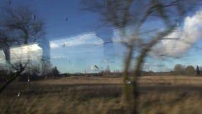 Reflexões na janela do ônibus e na paisagem do outono filme