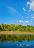 Reflexões naturais em um lago e em um céu bonito imagens de stock