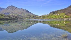 Reflexões no lago. Fotografia de Stock Royalty Free