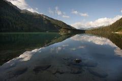 Reflexões no lago Anterselva em um dia ensolarado com céu azul, dolomites, Itália Fotografia de Stock Royalty Free
