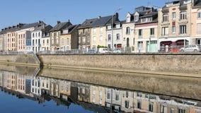 Reflexões no rio de sarthe em Le Mans, França vídeos de arquivo