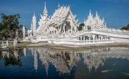 Reflexões no templo branco fotografia de stock royalty free