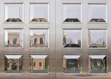 Reflexões nos painéis lustrados Fotografia de Stock Royalty Free