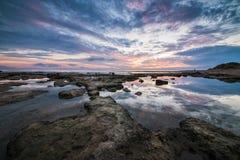 Reflexões Paisagem longa magnífica do por do sol do mar da exposição Fotos de Stock