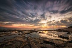 Reflexões Paisagem longa magnífica do por do sol do mar da exposição Imagens de Stock Royalty Free