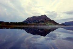 Reflexões perfeitas no lago mountain   foto de stock