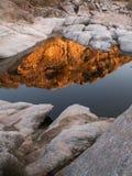 Reflexões vermelhas e retrato das rochas do branco Imagens de Stock Royalty Free