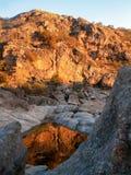 Reflexões vermelhas Mina Clavero da rocha Imagens de Stock Royalty Free