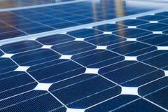 Reflex av himlen på den sol- cellen eller de photovoltaic enheterna, bakgrund av photovoltaic enheter för förnybara energikällor, arkivbild