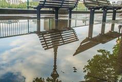 Reflex?es na ?gua dos bancos do trajeto do rio Tamisa ap?s a chuva fotografia de stock