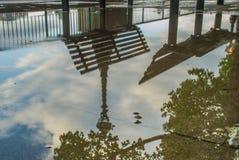 Reflex?es na ?gua dos bancos do trajeto do rio Tamisa ap?s a chuva foto de stock