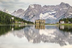 Reflex?o das montanhas das dolomites no lago Misurina imagem de stock