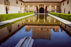 Reflex?o na ?gua da constru??o no pal?cio de Alhambra, Espanha imagem de stock