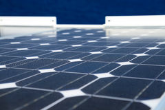 Reflex van de hemel op de zonnecel of photovoltaic modules, achtergrond van photovoltaic modules voor duurzame energie, groene en royalty-vrije stock fotografie