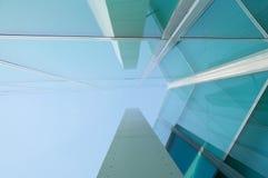 Reflexe auf einem moder Gebäude mit Glasfenstern Lizenzfreie Stockbilder