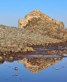 Reflexen in het zoutwater van oude steenbouw stock foto