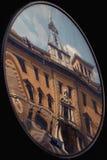 reflexet av palazzodellapostaen i en spegel Arkivfoto