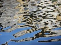 Reflexión abstracta brillante del edificio en agua azul fotos de archivo