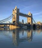 Reflexión asombrosa del puente de la torre imagen de archivo libre de regalías