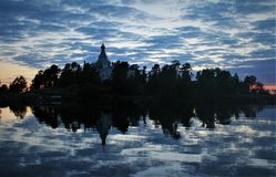 Reflexión azul en el lago ladoga imágenes de archivo libres de regalías