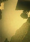 Reflexión con el proceso abajo en el oro suave Fotos de archivo