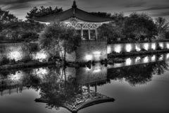 Reflexión coreana del templo de B&W en contraste oscuro de la charca Foto de archivo