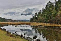 Reflexión coronada de nieve hermosa de las montañas Imágenes de archivo libres de regalías