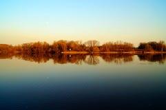 Reflexión de árboles en el lago del otoño Fotos de archivo libres de regalías