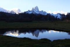 Reflexión de altos picos en el lago Fotos de archivo libres de regalías