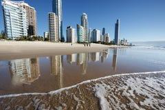 Reflexión de apartamentos en el océano en la salida del sol, Gold Coast, Australia imagenes de archivo