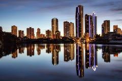 Reflexión de apartamentos en la puesta del sol fotografía de archivo