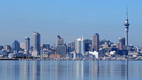 Reflexión de Auckland a través del agua Imagen de archivo libre de regalías