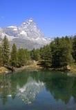 Reflexión de Cervino en el lago azul Fotos de archivo
