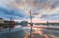 Reflexión de Cloudscape en el puente del milenio Imagen de archivo