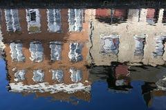 Reflexión de edificios en un canal Imagen de archivo libre de regalías
