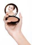Reflexión de espejo de la fundación del polvo de la tenencia de brazo Fotografía de archivo