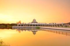 Reflexión de espejo de la mezquita majestuosa Fotos de archivo libres de regalías
